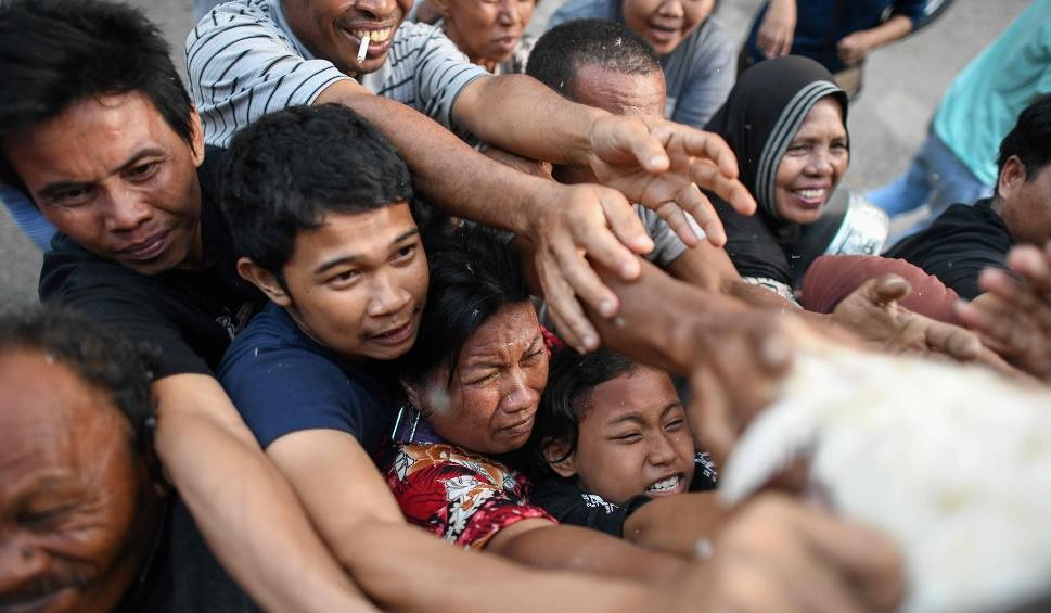 Film do artykułu: Tsunami w Indonezji. Narasta frustracja wśród poszkodowanych, którzy nie potrzymują pomocy. Już ponad 1400 ofiar śmiertelnych