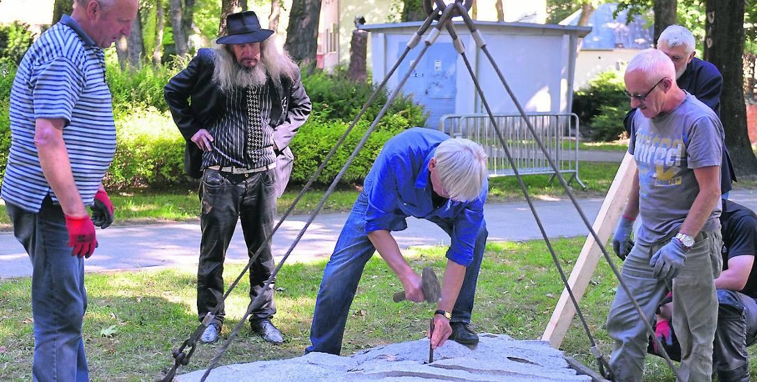 """Odsłonięcie pomnika """"Kosmos i świat"""" autorstwa Rudolfa Kaltenbacha i Silvii Fohrer zaplanowano na wtorek, 10 lipca. Koszt pomnika pokryło niemieckie"""