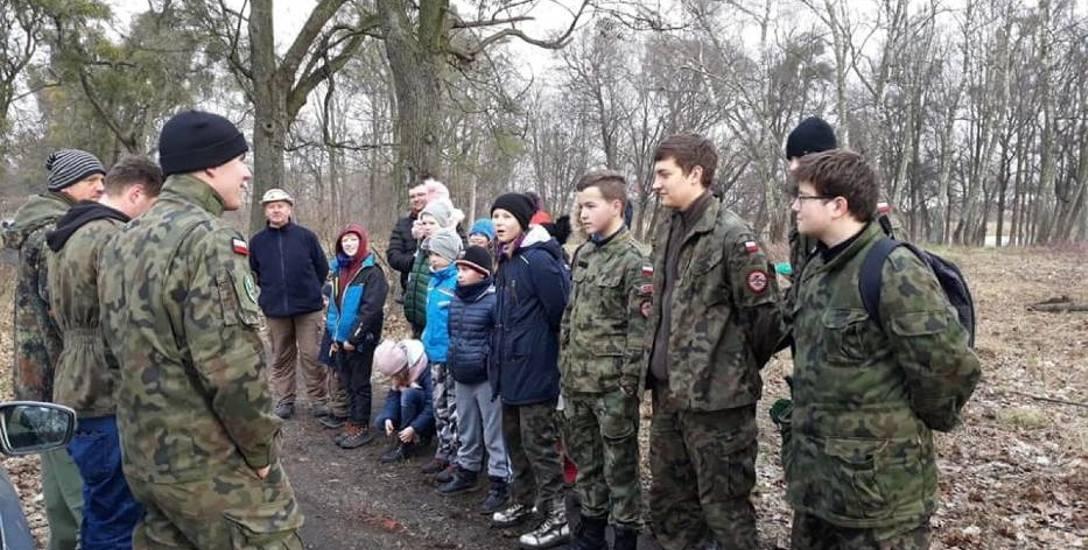 Harcerze i mieszkańcy posprzątali park przy zabytkowym dworku w Rusocinie. Zebrali 60 worków odpadów