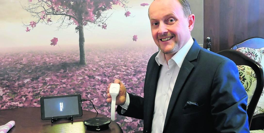 Paweł Radomski prezentuje zestaw urządzeń niezbędnych do monitorowania. Wszystkie produkowane są w Polsce
