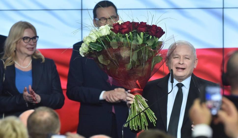 """Film do artykułu: Wybory parlamentarne 2019. PiS wygrywa wybory. Oświadczenie Jarosława Kaczyńskiego. """"To najlepszy dzień w historii PiS"""""""