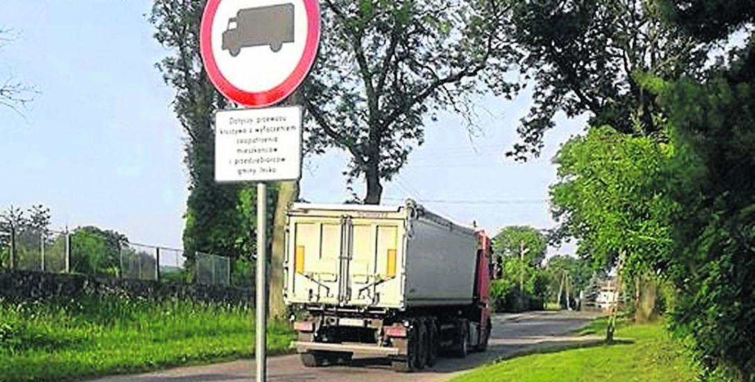 Mieszkańcy Storkowa denerwują się, gdy przez wieś mkną ciężkie pojazdy. Dzwonią po policję. Ta odpowiada, że jeśli samochody dostawcze nie są załadowane