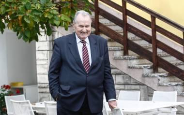 Edward Brzostowski, były wiceminister rolnictwa, dyrektor Igloopolu i założyciel klubu oraz prezes PZPN, ma teraz 83 lata.
