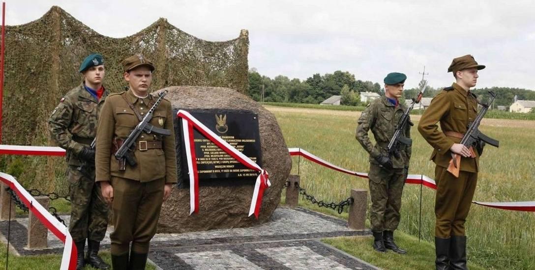 Odsłonięcie tablicy pomnika żołnierzy wyklętych w gminie Poświętne