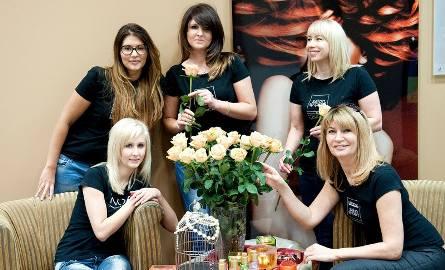 Na zdjęciu stylistki fryzur z teamu Sallambier - stoją (od lewej) - Nikola Olahova, Renata Kumor, Joanna Dudek-Stępień, siedzą (od lewej)-  Monika Kołodziejczyk