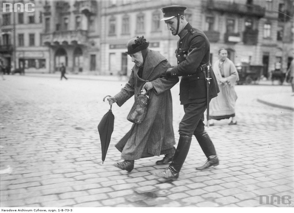 Obraz przedwojennego uprzejmego granatowego policjanta został podczas okupacji brutalnie zweryfikowany