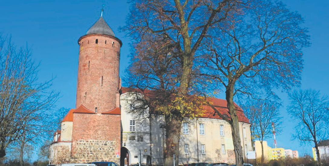 Otoczenie zamku wypiękniało, choć kłopoty z rozliczeniem prac ciągną się od 2013 roku.