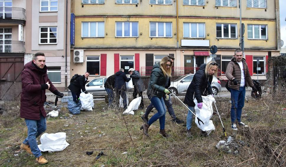 Film do artykułu: Trash Challenge w Kielcach po naszym artykule. Mieszkańcy sami posprzątali śmieci w centrum miasta. Dziękujemy! (WIDEO, ZDJĘCIA)