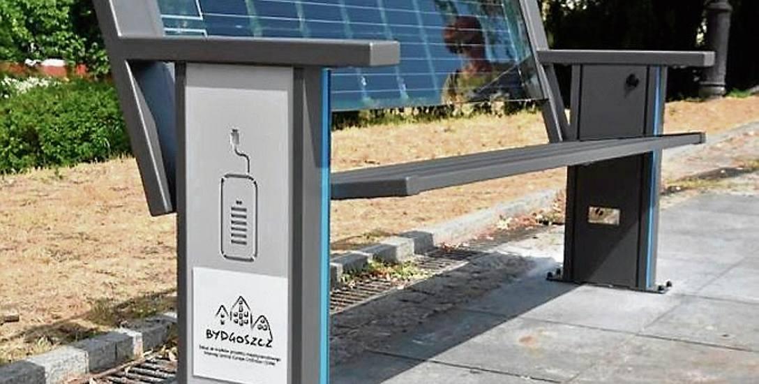 Solarna ławka w Bydgoszczy z portem USB stoi przy ul. Mostowej. Można tu podładować telefon, laptop lub inne mobilne urządzenie