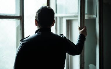 Osoba chora lub taka, która zaczyna chorować na schizofrenię, przeżywa ogromny lęk i niepokój związany z tym, że zaczyna się z nią coś dziać, co trudno