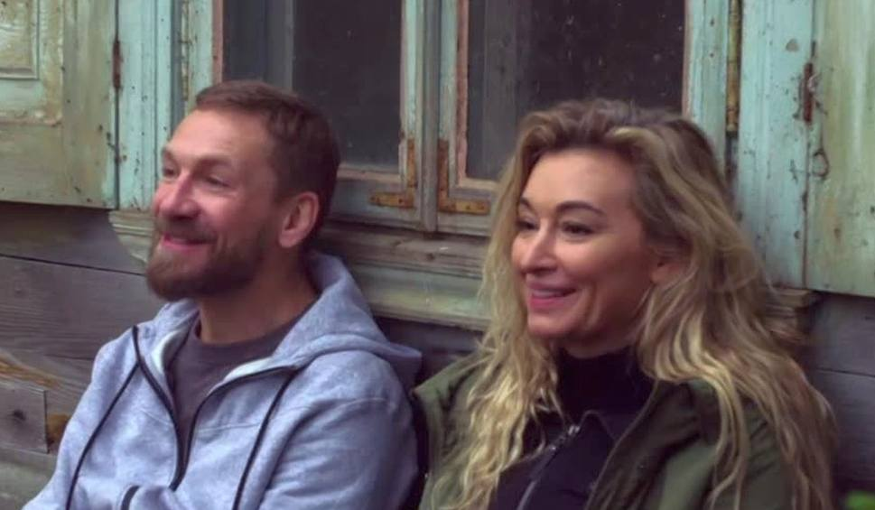 Film do artykułu: Martyna Wojciechowska i Przemysław Kossakowski razem. Przemek zaprosił Martynę na randkę do chaty na Podlasiu (wideo)