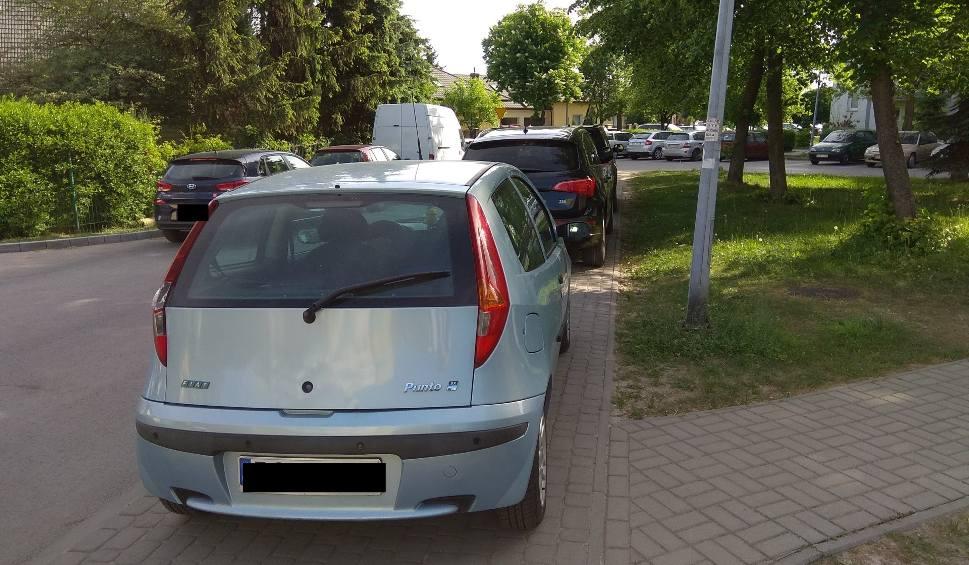 Film do artykułu: Stalowa Wola. Przez brak parkingów przy blokach auta są stawiane na chodnikach