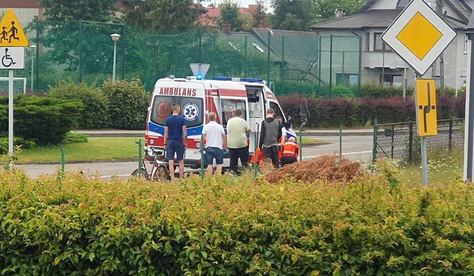 Film do artykułu: Reanimacja na ul. Mestwina w Pucku. Jeden z mieszkańców i ratownicy medyczni kilkanaście minut walczyli o życie mężczyzny. 29.06.2020 r.