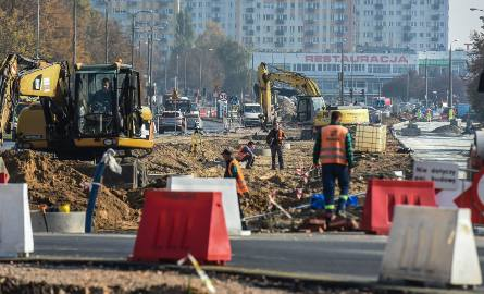 W Bydgoszczy trwa remont pętli tramwajowej na osiedlu Kapuściska. Jednocześnie drogowcy prowadzą modernizację węzła Szarych Szeregów. Zobaczcie postępy