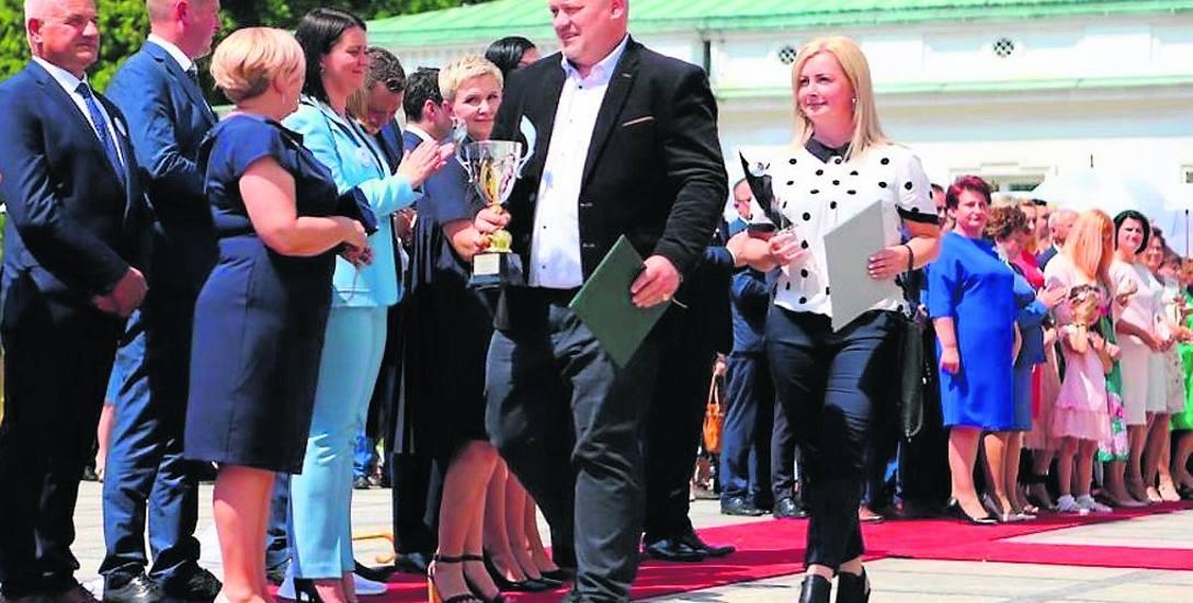 Państwo Joanna i Konrad Fujarscy w Belwederze od-bierają zasłużoną nagrodę
