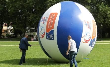 """Zniknęła gigantyczna piłka promująca ME w siatkówce. Powód? """"Niebezpieczne sytuacje"""""""