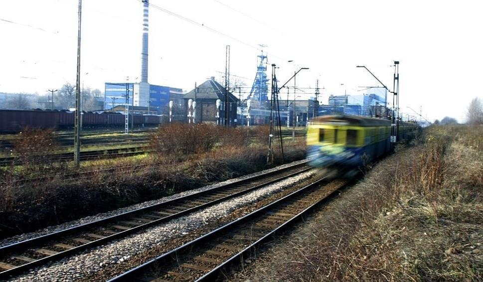 Film do artykułu: Samochód wjechał pod pociąg, są ranni