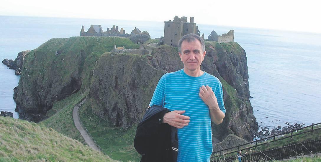 Pan Jan często odwiedza Szkocję, bo tam mieszkają jego córki. W tle: zamek w Portlehten.