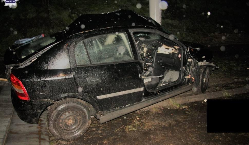 Film do artykułu: Śmiertelny wypadek na ul. Nadbystrzyckiej. Opel rozbił się na słupie. Zginęło dwóch mężczyzn