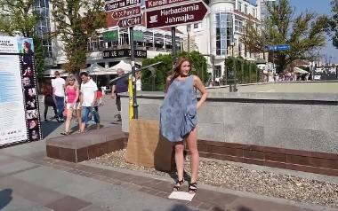 """Rozebrała się w Sopocie i czekała na reakcje. Uliczna akcja """"Aż sobie zazdroszczę"""" [WIDEO]"""