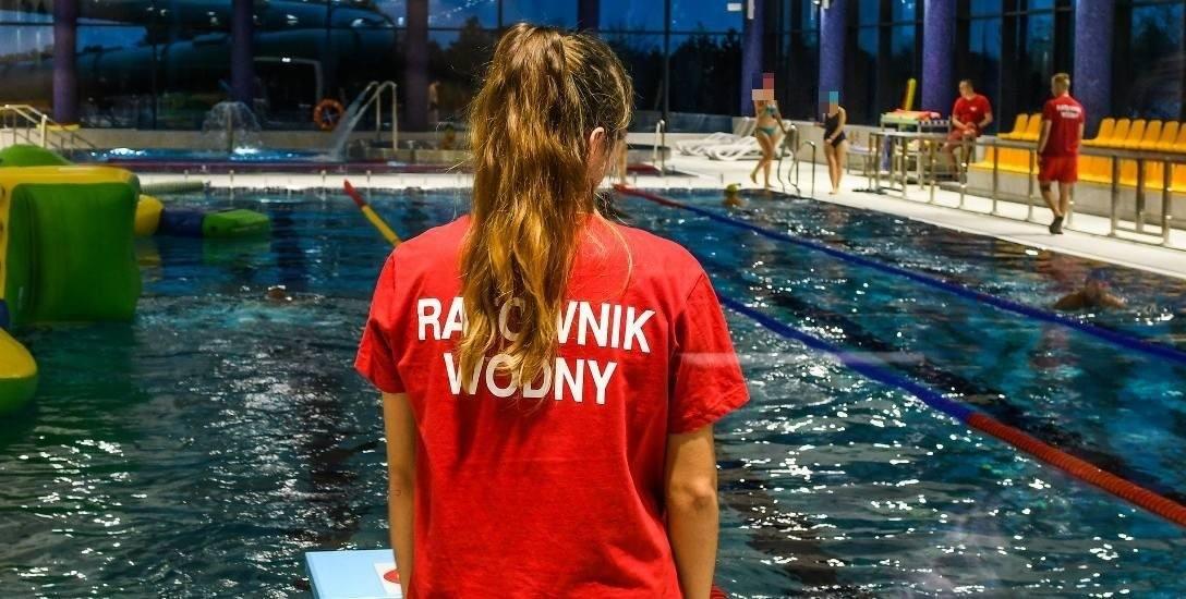 Praca ratownika wodnego na basenie to odpowiedzialne zajęcie, ale zarobki pozostawiają wiele do życzenia.