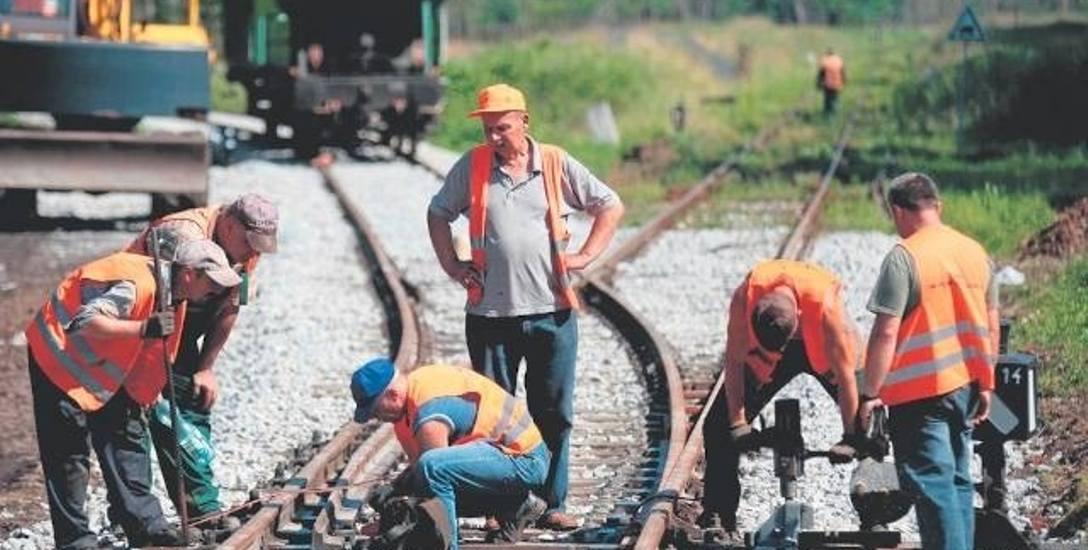 Pierwsze pociągi po odbudowanych torach mają pojechać w grudniu. Na razie składy towarowe, ale wójt ma już kolejne plany...