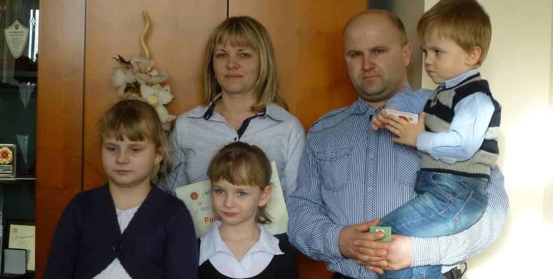 Pięćsetną samorządową Kartę Dużej Rodziny wręczono Nikoli Kruszka z Młodocina (w środku). Karty trafiły też do pozostałych członków rodziny dziewczynki