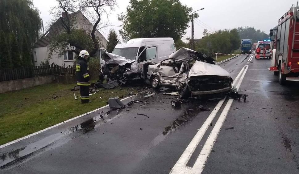 Film do artykułu: LUBUSKIE. Śmiertelny wypadek na drodze krajowej nr 32 między Dąbiem a Łagowem. Jedna osoba nie żyje, jedna jest ranna