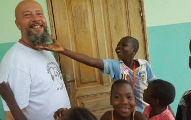 Wolontariusze nie ukrywają, że największą nagrodą jest radość dzieci, które po raz pierwszy mogą słyszeć.