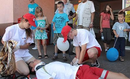 Młodzież z PCK pokazywała jak udzielać pierwszej pomocy