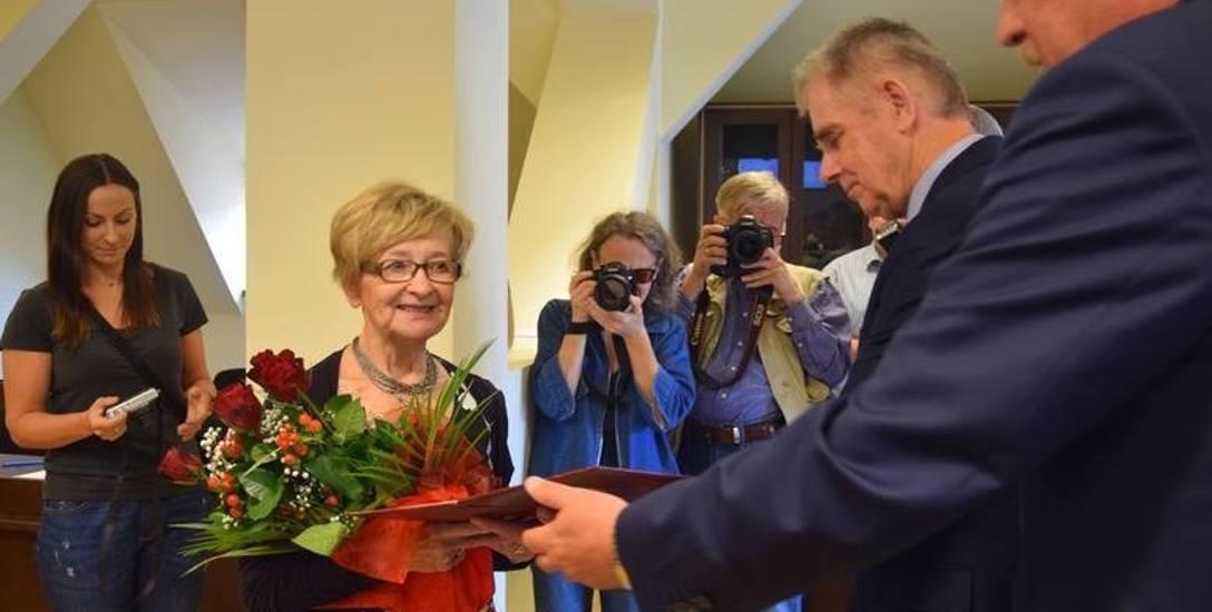 Na sesję, podczas której Marii Lisowskiej (z prawej) przyznano medal Zasłużony dla Stargardu przyszło spore grono stargardzkich lekarzy i pielęgniarek,