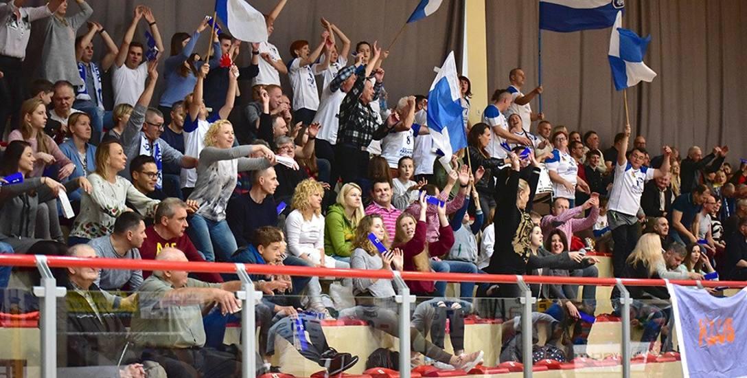 Kibice Ślepska mają powody do radości, gdyż drużyna wygrała trzy kolejne mecze u siebie.