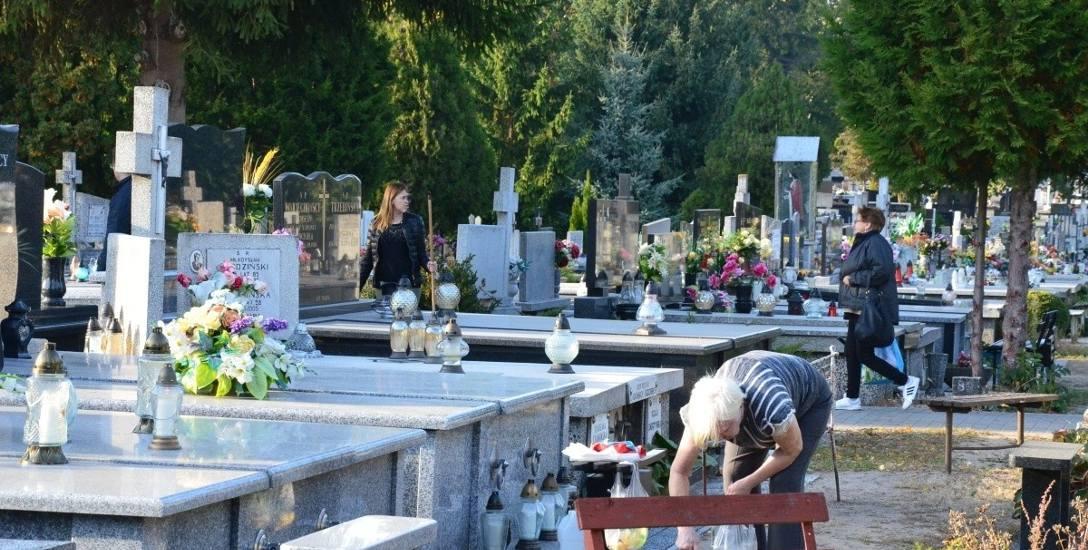 Przy grobach krząta się coraz więcej osób. Wykorzystują sprzyjającą aurę do porządkowania grobów bliskich.