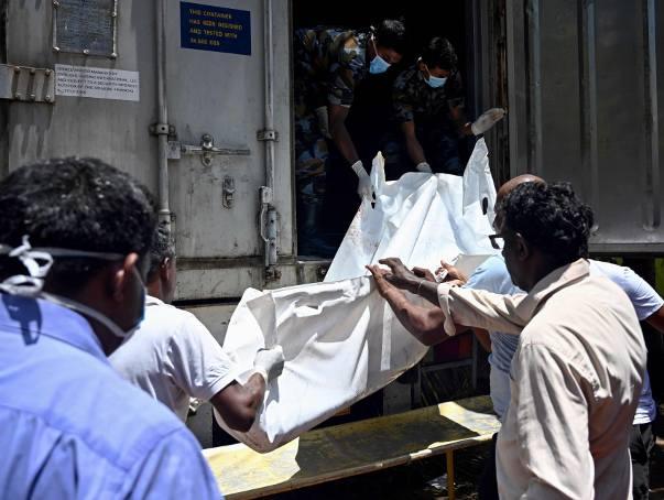 Przenoszenie ciałą ofiary zamachu w Negombo