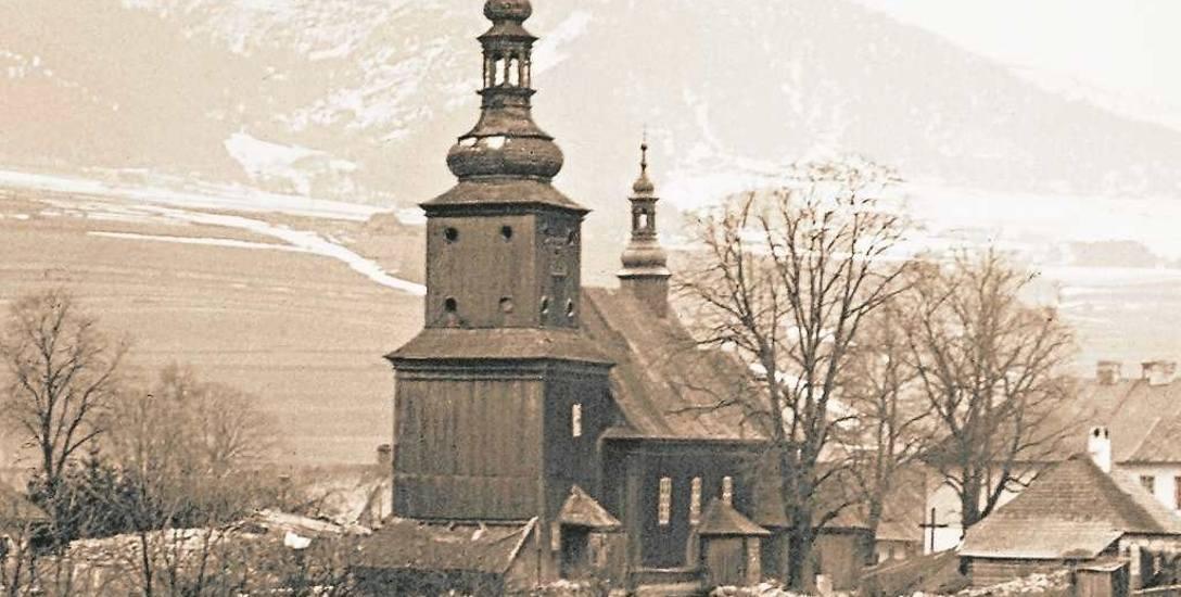Drugi kościół limanowski na tle Łysej Góry. Świątynię odbudował ksiądz Szczepan Duszyński. Fotografia wykonana około 1900 roku z Siwego Brzegu