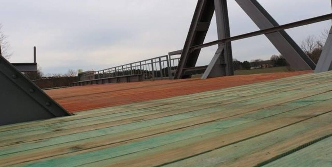 Budowana ścieżka rowerowa na dawnych torach kolejowych w powiecie nowosolskim w ramach projektu Kolej na rower.