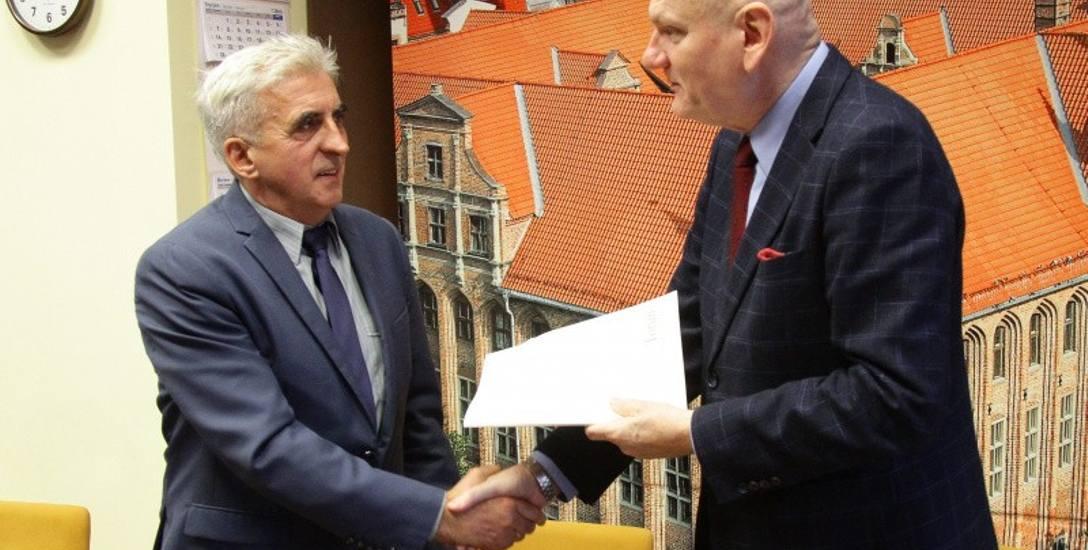 Prezydent Michał Zaleski podpisał umowę z  Januszem ostrowickim. Jego firma zajmie się Zieloną Bramą