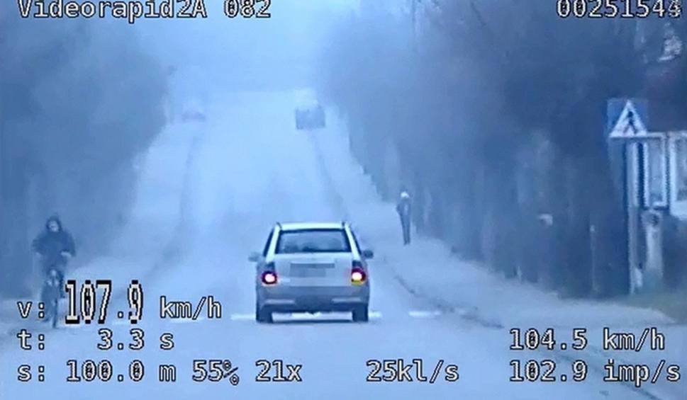 Film do artykułu: Mercedesem wyprzedził nieoznakowany radiowóz. Był pijany (wideo)