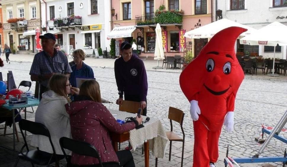 Film do artykułu: W Sandomierzu ruszył konkurs Wakacyjna kropla krwi. Organizatorem konkursu jest Oddział Rejonowy Polskiego Czerwonego Krzyża w Sandomierzu.