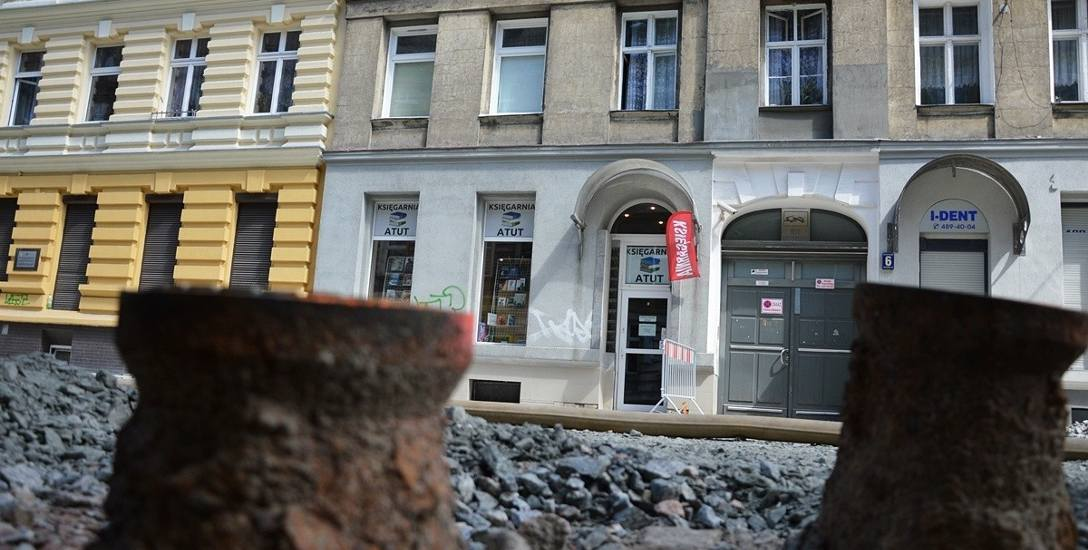 Żadna z przesyłek kurierskich nie dociera do firm zlokalizowanych przy ulicy Małkowskiego. Tracą też klientów, którzy nie chcą brudzić i niszczyć butów.