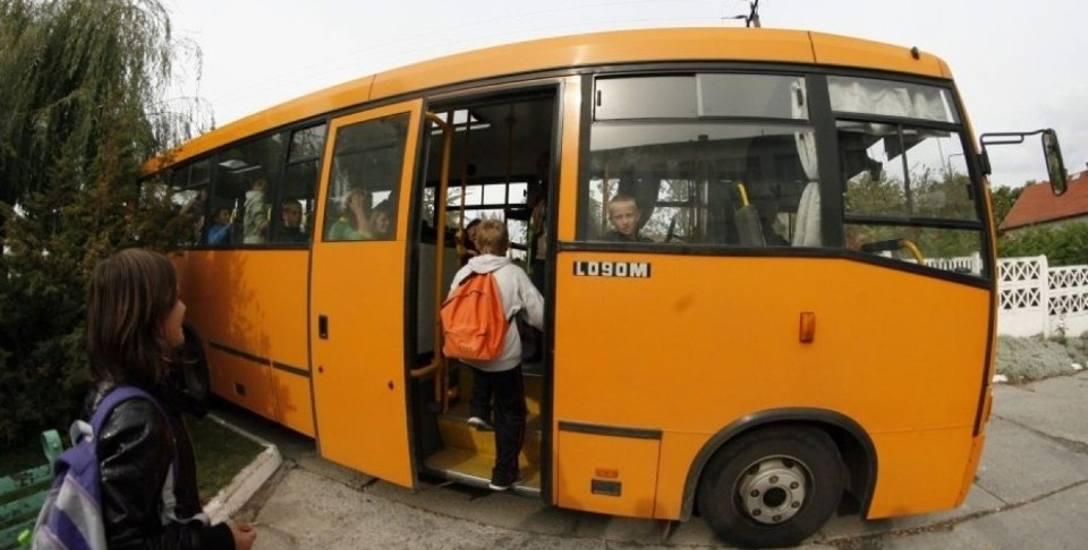 Do Szkoły Podstawowej w Grzędzicach dowożone są dzieci z kilku miejscowości. Przewozy uczniów realizuje firma Pol - Bus