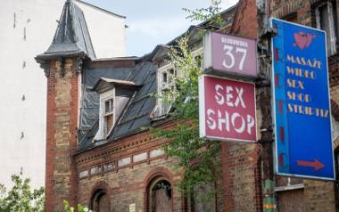 Choć kolejne historyczne i wartościowe budynki w centrum Poznania odzyskują dawny blask, nadal wiele z nich stoi pustych lub prowadzi się w nich ciągnące