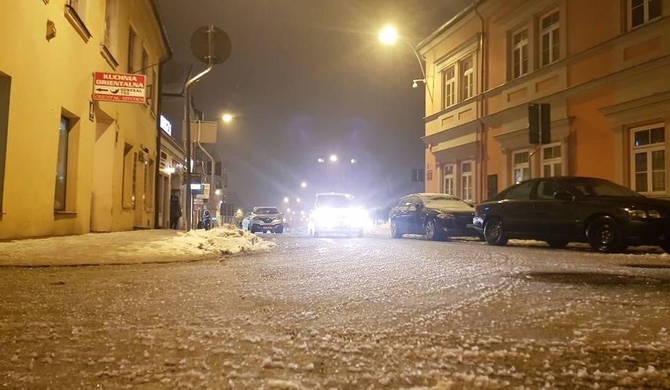 Film do artykułu: Ostrzeżenie dla woj. lubelskiego. Na drogach i chodnikach będzie bardzo ślisko!