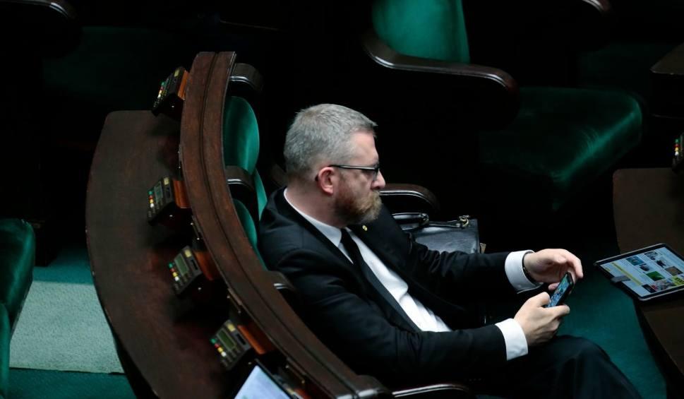 Film do artykułu: Grzegorz Braun został wykluczony z obrad Sejmu. Poseł Konfederacji nie chciał założyć maseczki [WIDEO]