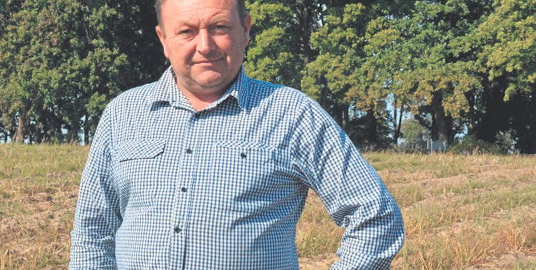 Eugeniusz Lizak jest rolnikiem i sołtysem wsi Łabędzie.  W wyniku suszy stracił większość plonów