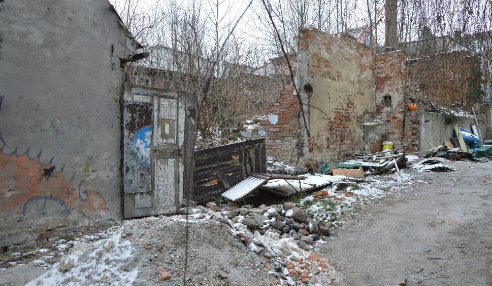 Film do artykułu: Problemy mieszkańców placu Matejki w Zielonej Górze: Na podwórku za oknem ruina, w środku sufit zalany moczem [ZDJĘCIA]