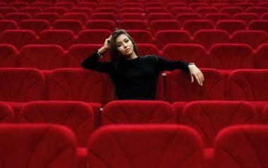 Na zdjęciu: kobieta w kinie