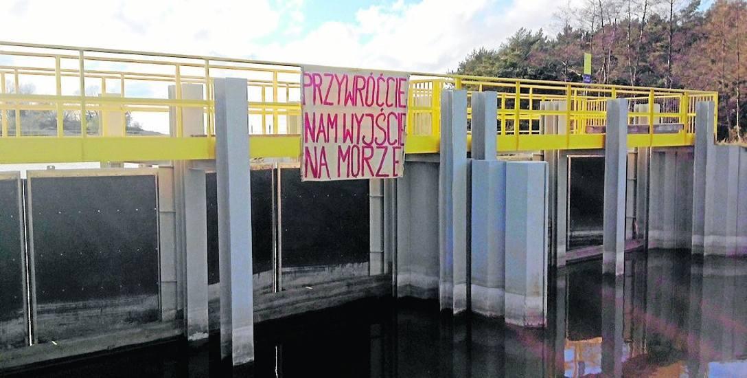 """Protest na Kanale Jamneńskim sprzed dwóch lat zakończył się wywieszeniem apelu do urzędników: """"Przywróćcie nam wyjście na morze!"""""""