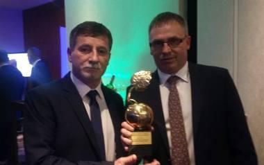 Bracia Krzysztof i Dariusz podczas finału konkursu Rolnik - Farmer Roku 2017 w Warszawie ze Złotym Jabłkiem.