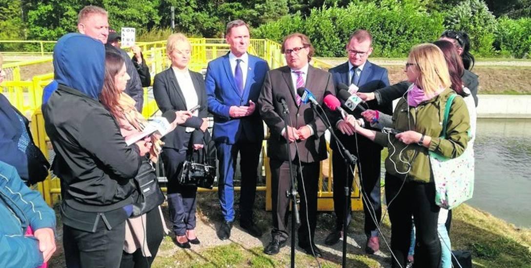 Minister Marek Gróbarczyk (przed mikrofonami) zapewnił, że to ministerstwo zadba o pieniądze na przebudowę kanału